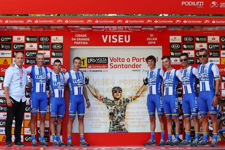 Homenagem: corredores da W52-FC Porto no pódio com a imagem de Raúl Alarcón, que falha a Volta a Portugal
