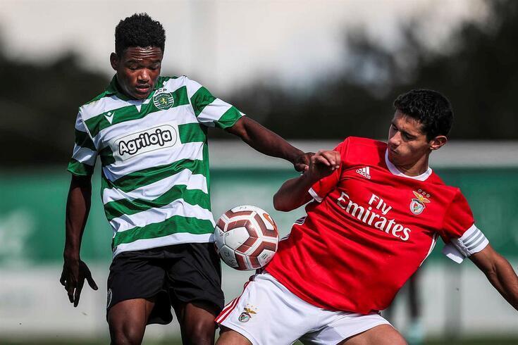 Geny Catamo, à esquerda, em ação frente ao Benfica, em juniores