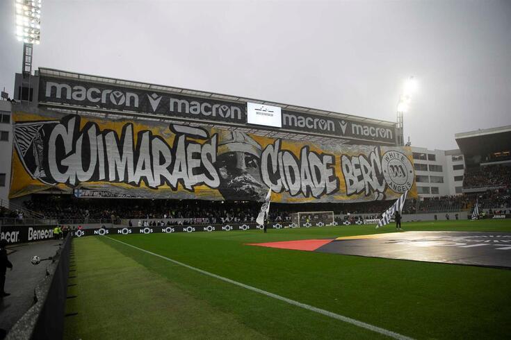 Tarja exibida pelos White Angels antes do Vitória-FC Porto