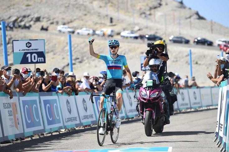 O ciclista cruzou a meta sem adversários por perto