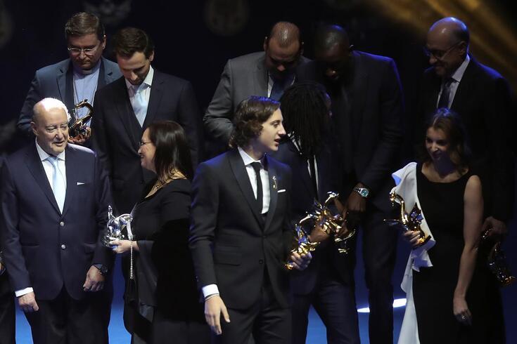 Fábio Silva exibe o Dragão de Ouro
