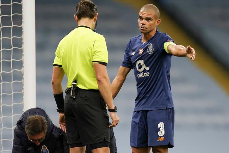 Pepe junto do árbitro do jogo