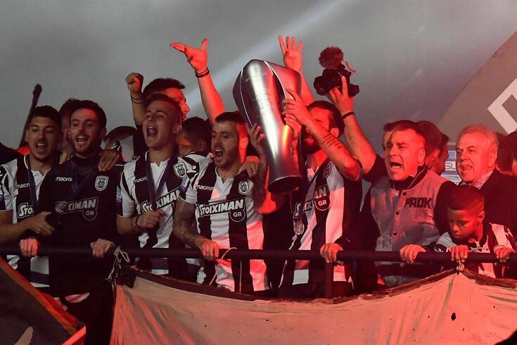 Loucura total nos festejos do PAOK. Sérgio Oliveira levanta a taça de campeão nacional