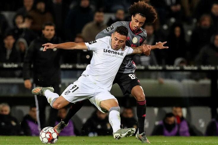 Davidson, avançado do V. Guimarães, em ação contra o Benfica