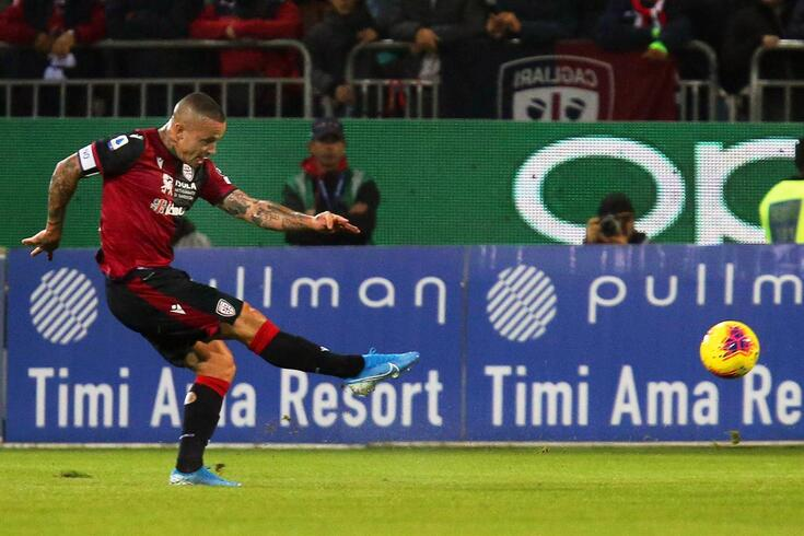 epa08040279 Cagliari's Radja Nainggolan in action during the Italian Serie A soccer match between Cagliari