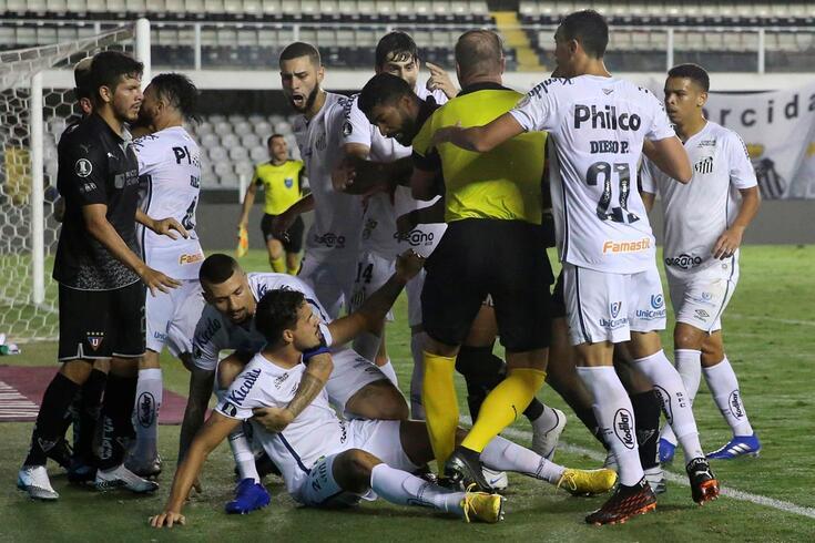 Lucas Veríssimo foi ao chão após a agressão