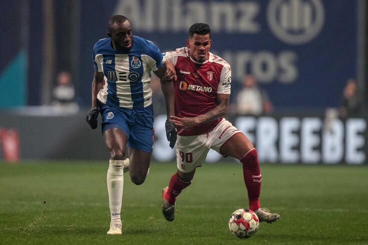 Galeno e Marega lutam pela bola no Braga-FC Porto.