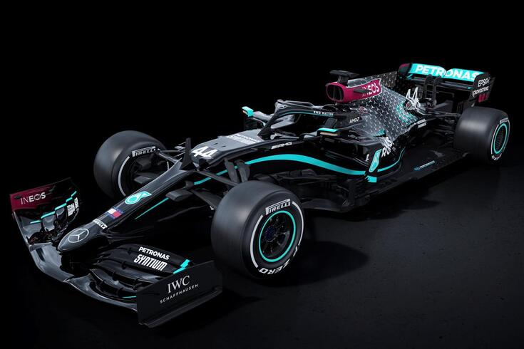 Novo carro da F1 da Mercedes transmite mensagem sobre o racismo