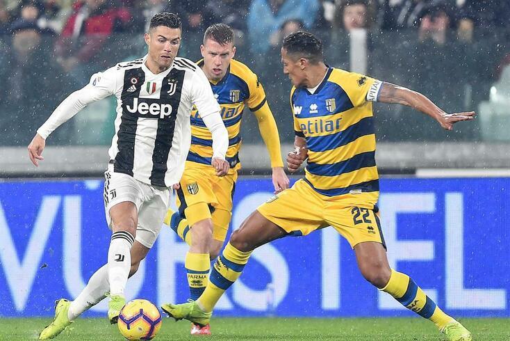 Bruno Alves, do Parma, tenta roubar a bola a Cristiano Ronaldo, da Juventus