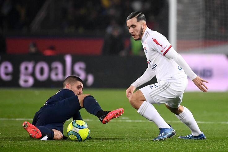 Cherki durante um duelo com o PSG