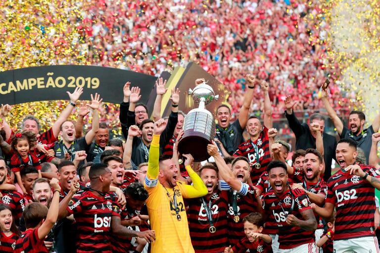 Resultado de imagem para flamengo e campeão da libertadores levanta a taça