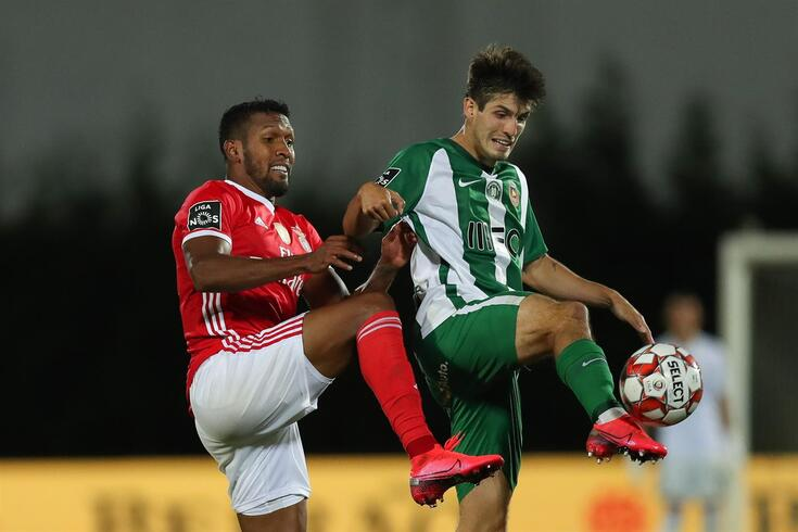 Rio Ave's Piazon (R) in action against Benfica's Dyego Sousa during their Portuguese First League soccer