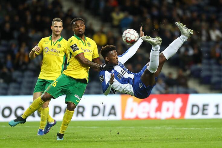 Foi desta forma acrobática que Zé Luís fez o segundo golo do FC Porto