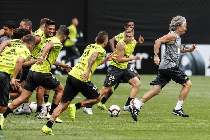 Jorge Jesus seguido pelo Flamengo