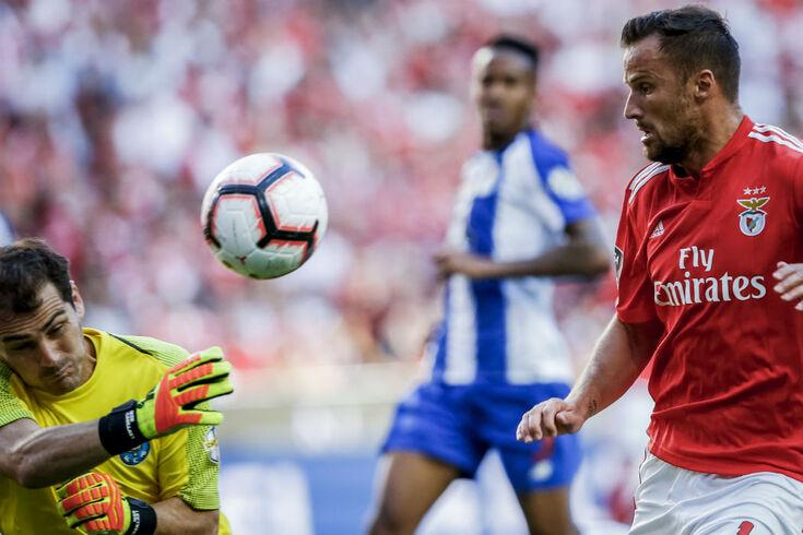 Benfica vence o FC Porto e passa a liderar a par do Braga
