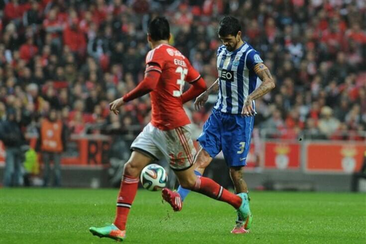 Lucho González em ação frente ao Benfica