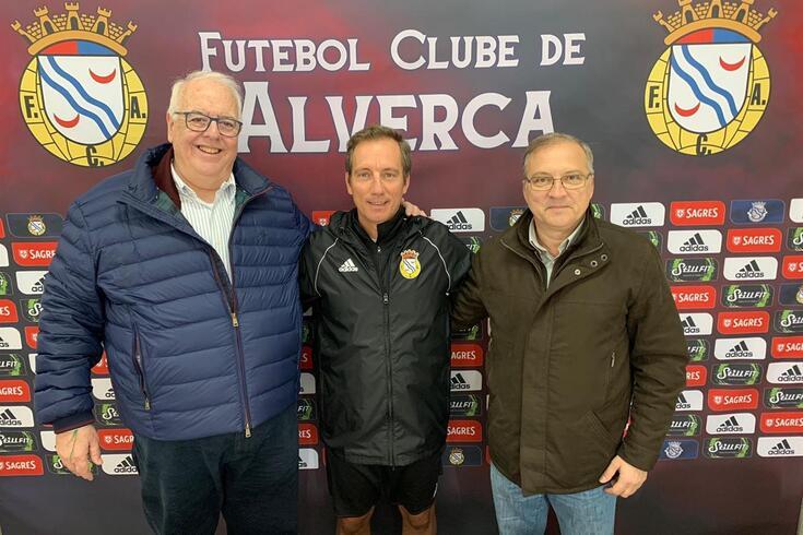 Alexandre Santos, ao centro. À direita está Fernando Orge, presidente do Alverca