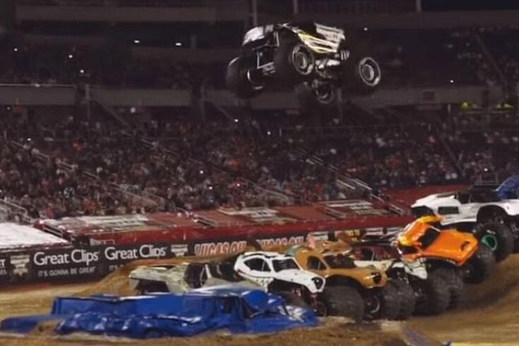 Monster Truck bate recorde de salto em comprimento (vídeo)