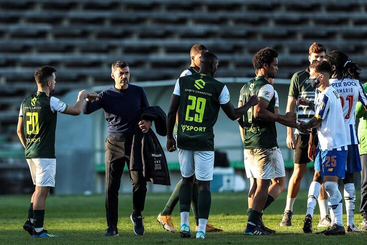 Sérgio Conceição cumprimenta os jogadores após o triunfo frente ao Fabril