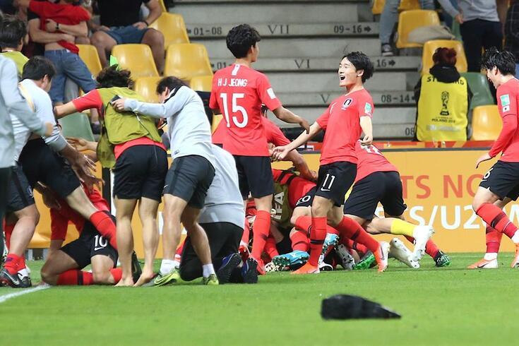 """Coreanos festejaram efusivamente a passagem às """"meias"""""""