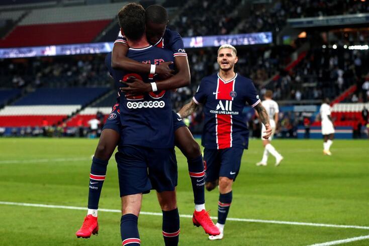 epa08674468 Paris Saint Germain's Julian Draxler celebrates with team mates after scoring the opening