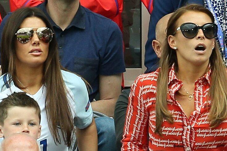 Rebekah Vardy, com a camisola da seleção inglesa, e Coleen Rooney, de vermelho.