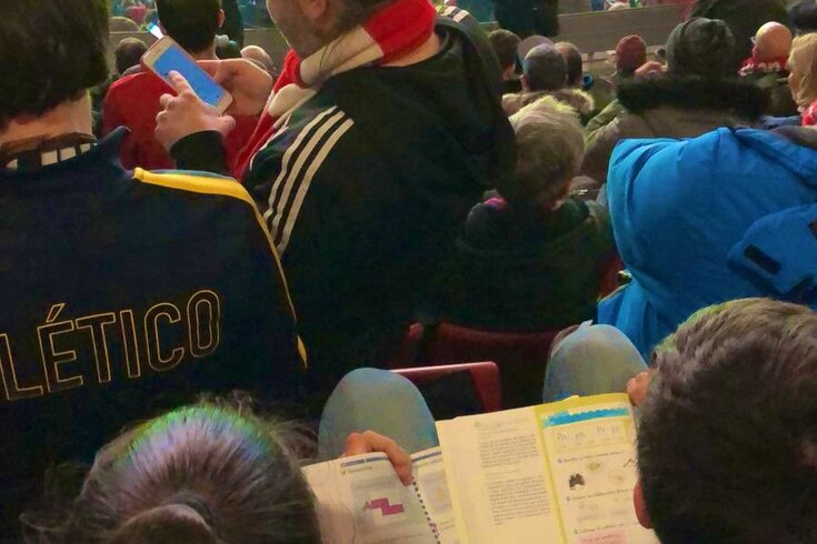 Criança aproveita intervalo do Atlético-Liverpool para estudar para exame