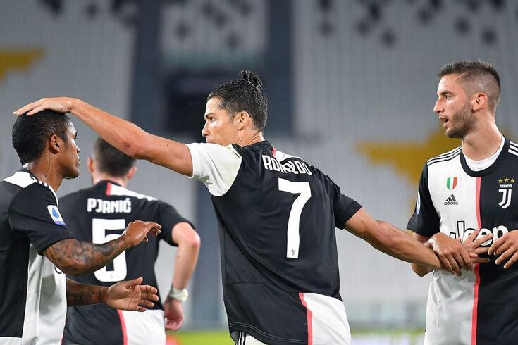 "epa08511358 Juventus"" Cristiano Ronaldo celebrates with his teammates after scoring on penalty the goal"