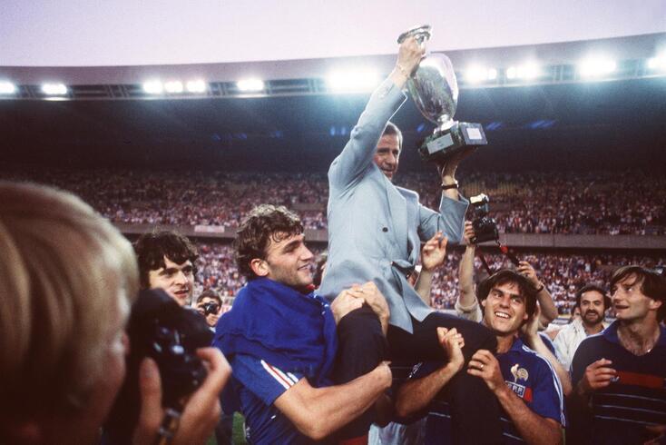 Michel Hidalgo foi Campeão da Europa em 1984. Após a final ganha à Espanha é levado em ombros por Didier