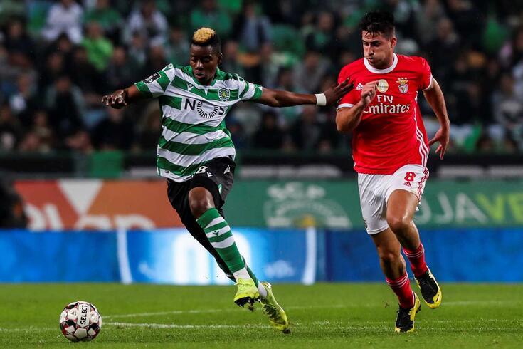 Doumbia, médio do Sporting, em ação frente ao rival Benfica