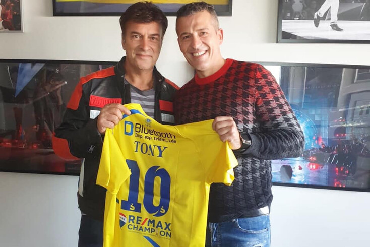 Tony Carreira com a camisola do Arouca