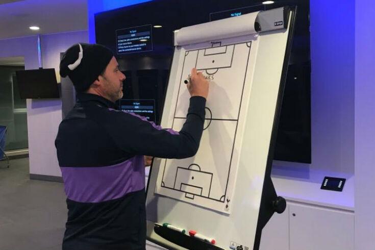 Treinador argentino no momento em que escreve a mensagem