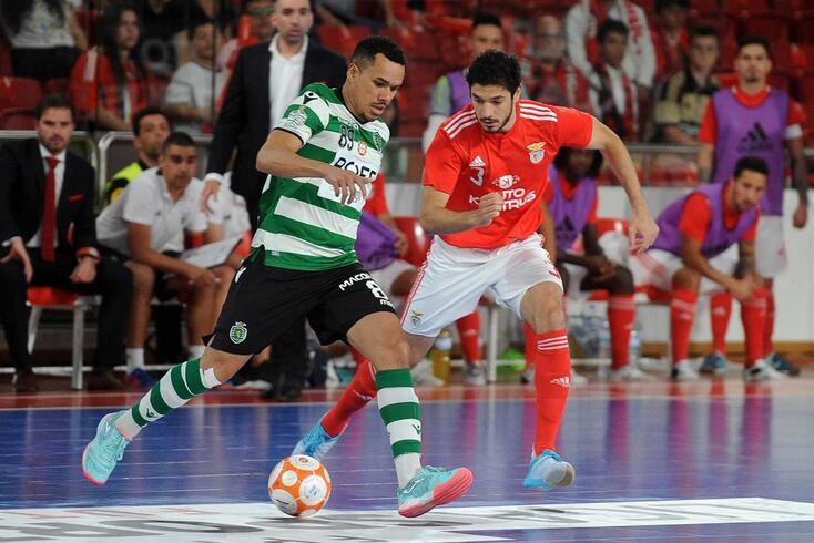 Dieguinho disputa o lance com Tolrá no Benfica-Sporting.
