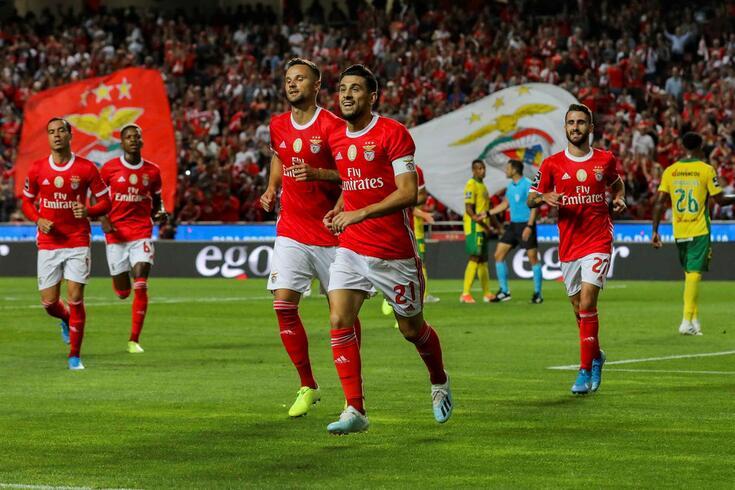 Jogadores do Benfica comemora golo frente ao Paços de Ferreira.