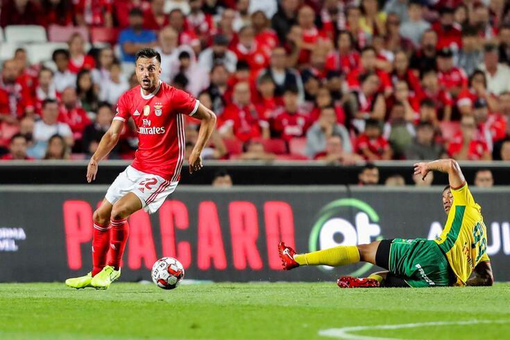 Samaris em ação no Benfica-Paços de Ferreira.