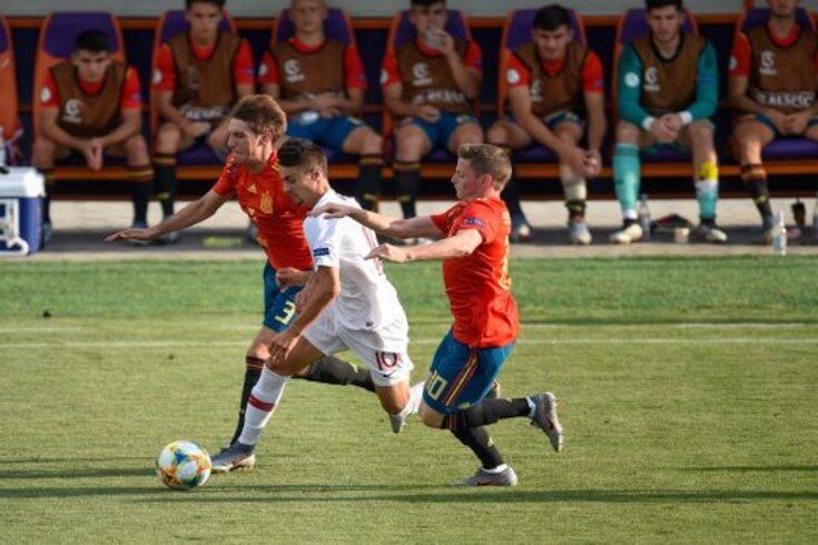 Fábio Vieira, aqui entre dois jogadores espanhóis, fez o golo de Portugal