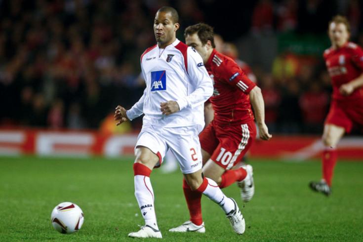 """""""El mudo"""" Rodríguez com a camisola bracarense, num jogo da Liga Europa em Anfield Road, contra o Liverpool"""