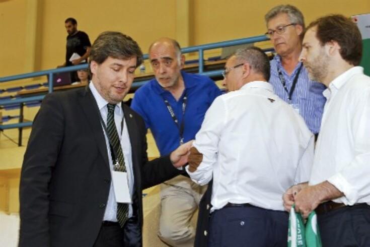 Adelino Caldeira pegado com Bruno de Carvalho