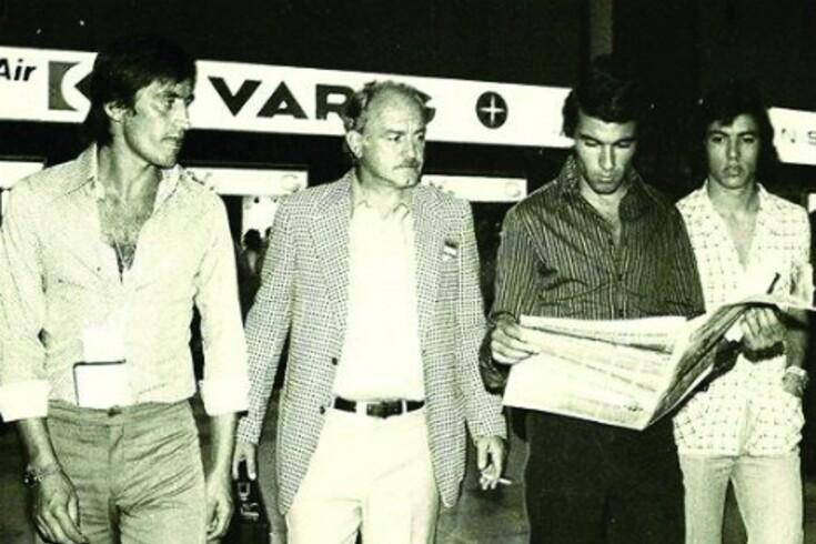 Di Stéfano ladeado por Yazalde, Tomé e Inácio