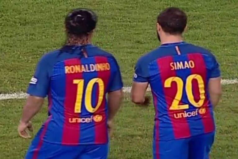 Simão decide duelo entre lendas do Barcelona e os Mambas Legends d9c1317bd598c