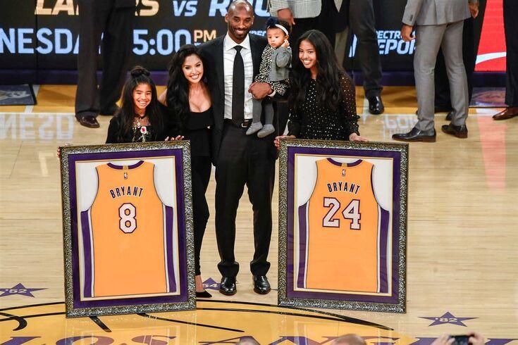 Camisolas 8 e 24 de Kobe Bryant no céu do Staples Center