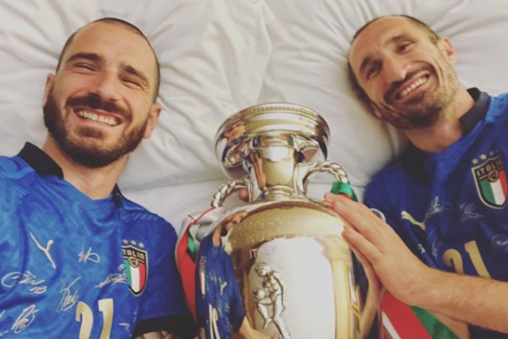 Bonucci e Chiellini na cama... com a taça!