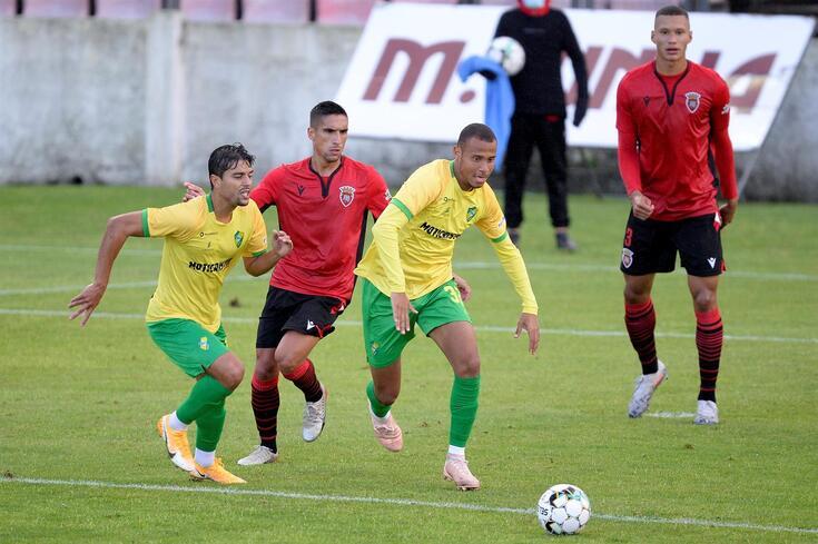 Gustavo Moura com a camisola do Mafra, à direita