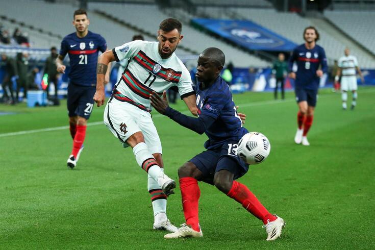 Bruno Fernades num duelo com Kanté no jogo entre França e Portugal