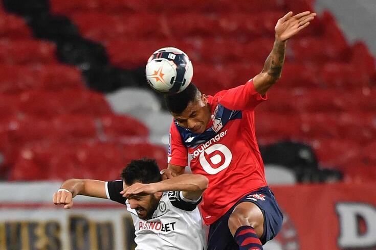 Pedro Mendes saiu de maca no Lille-Montpellier e suspeita-se de lesão grave