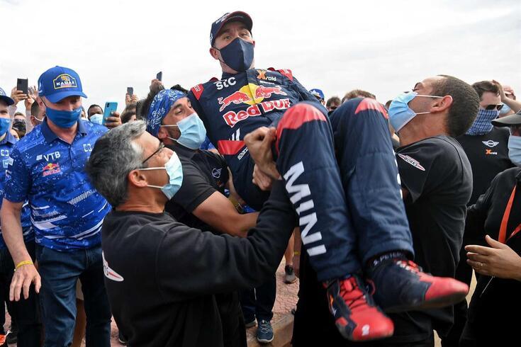 Peterhansel celebra a conquista de mais um rali Dakar