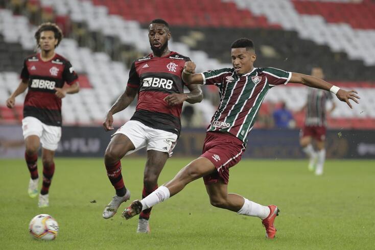 Gerson (ao centro), do Flamengo, em ação com Marcos Paulo (direita), do Fluminense