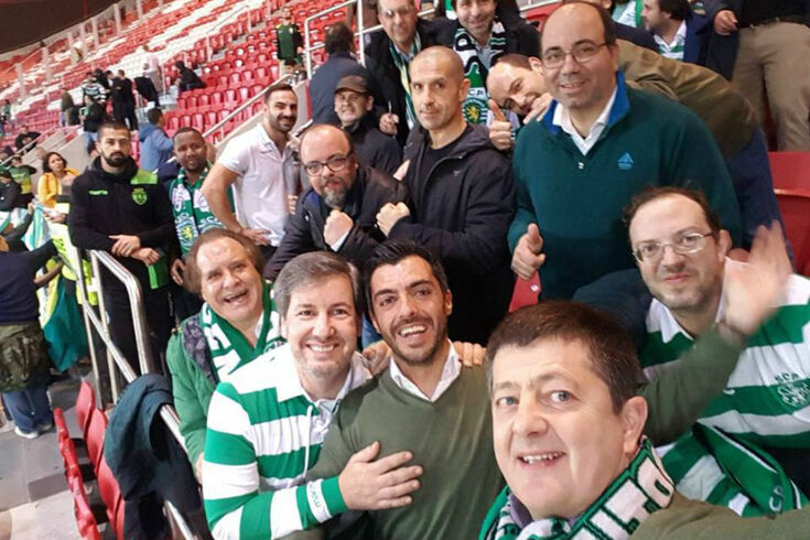 Bruno de Carvalho sorridente na caixa de segurança do Estádio da Luz