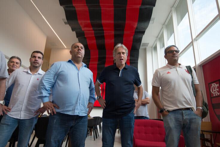 Marcos Braz, ao centro, com Jorge Jesus ao lado