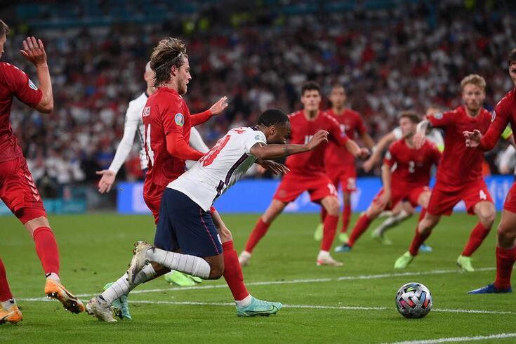 Raheem Sterling sofreu a falta que deu o penálti da vitória a Inglaterra